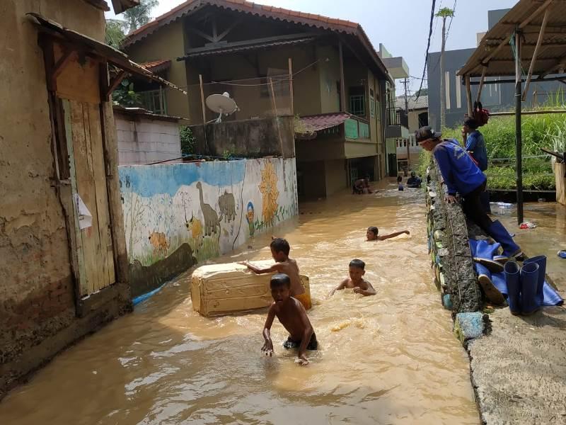 https: img.okezone.com content 2019 04 26 338 2048364 korban-banjir-pengadegan-timur-jaksel-belum-dapat-bantuan-makanan-176wKds4D8.jpeg