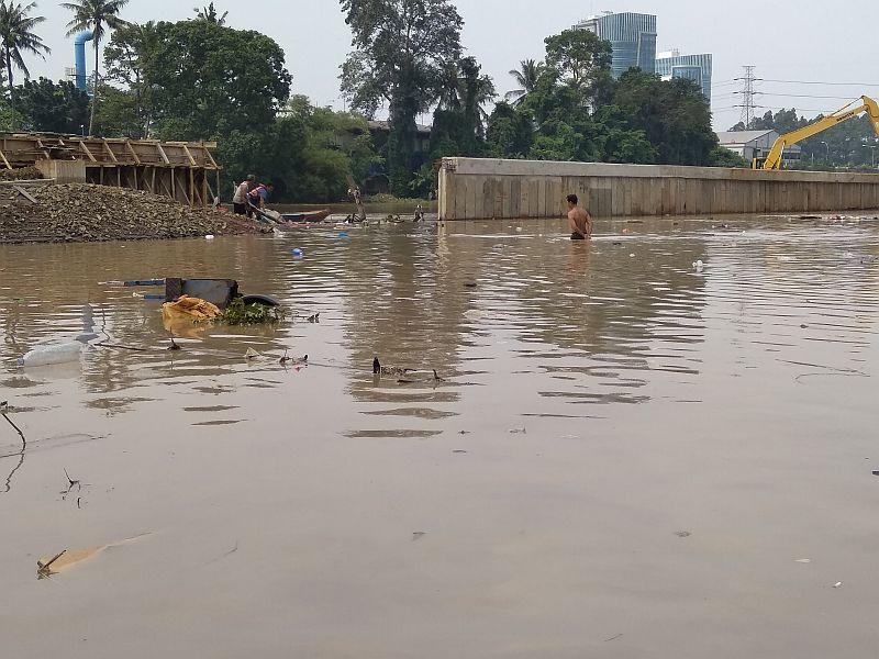 https: img.okezone.com content 2019 04 26 338 2048365 banjir-setinggi-dada-warga-tangerang-panik-lupakan-barang-barang-hpsipYwtmJ.jpg