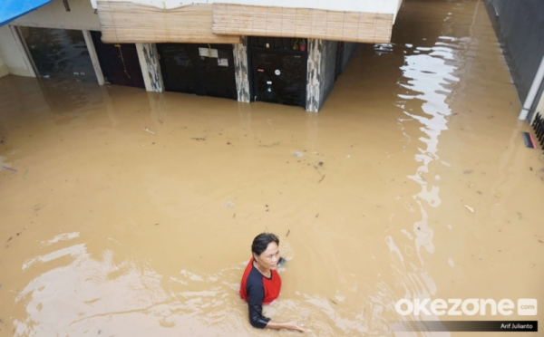 https: img.okezone.com content 2019 04 27 338 2048862 update-laporan-bpbd-dki-14-wilayah-di-jakarta-masih-terendam-banjir-5jrCem0UsG.jpg