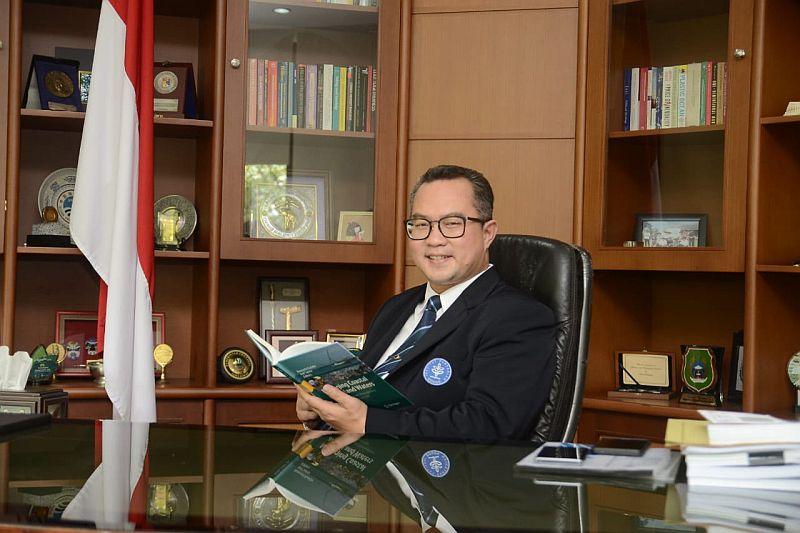 https: img.okezone.com content 2019 04 27 65 2048689 arif-satria-terpilih-jadi-ketua-forum-rektor-indonesia-2020-2021-bBsubCACop.jpg
