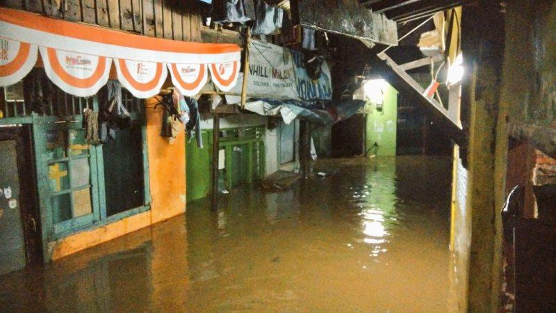 https: img.okezone.com content 2019 04 28 338 2048932 bpbd-dki-banjir-di-jakarta-terjadi-di-17-lokasi-M80SZmxEjI.jpg