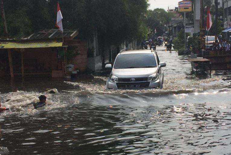 https: img.okezone.com content 2019 04 28 338 2048983 banjir-masih-menggenangi-kawasan-pondok-pinang-kembangan-utara-CVxow1BL0p.JPG