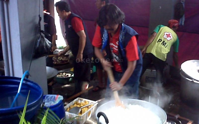 https: img.okezone.com content 2019 04 28 338 2049001 kemensos-bangun-11-dapur-umum-untuk-korban-banjir-jakarta-gjRMkBMgmj.jpg