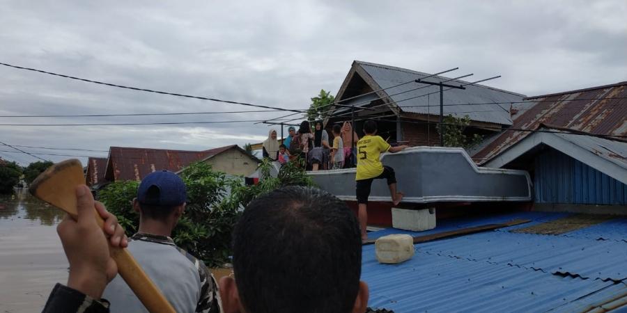 https: img.okezone.com content 2019 04 28 340 2048898 banjir-bengkulu-8-tewas-3-orang-hilang-dan-ribuan-warga-mengungsi-qGeLaTBiNp.jpg