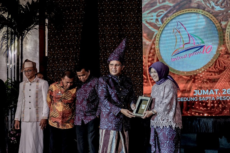 https: img.okezone.com content 2019 04 28 406 2049123 4-festival-sulawesi-selatan-masuk-100-calendar-of-event-2019-wajib-dikunjungi-L61wW6rait.jpg