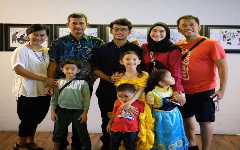 https: img.okezone.com content 2019 04 29 33 2049322 foto-bareng-mantan-istri-hanung-bramantyo-zaskia-adya-mecca-tuai-pujian-1GEjo7Qqp3.jpg