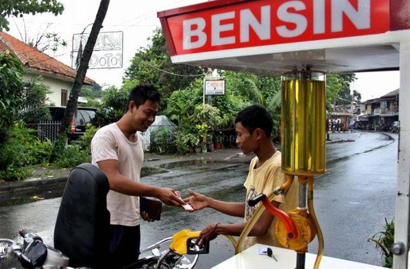 https: img.okezone.com content 2019 04 29 612 2049565 viral-penjual-bensin-eceran-di-depan-spbu-netizen-seperti-alfamart-vs-indomaret-oPbQH4CPWu.jpg