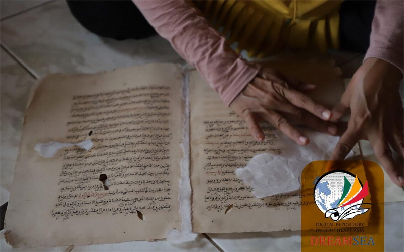https: img.okezone.com content 2019 04 29 614 2049505 merawat-manuskrip-di-masjid-kuno-pengawal-pangeran-diponegoro-SvGWKNRsTq.jpg
