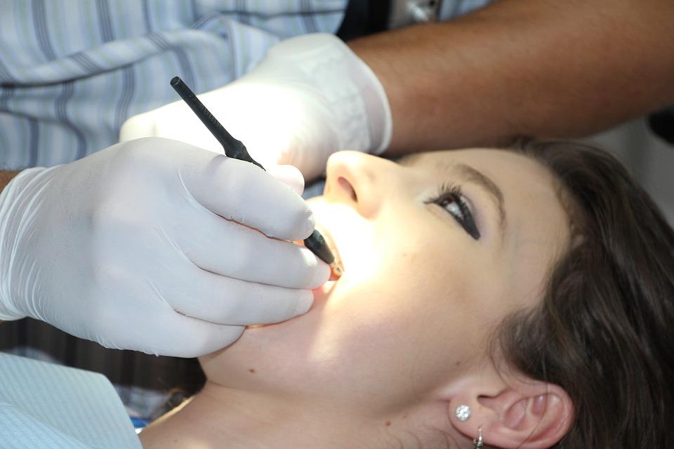 https: img.okezone.com content 2019 04 29 616 2049385 cek-kesehatan-gigi-mulut-sebelum-puasa-5MnwsR0zXz.jpg