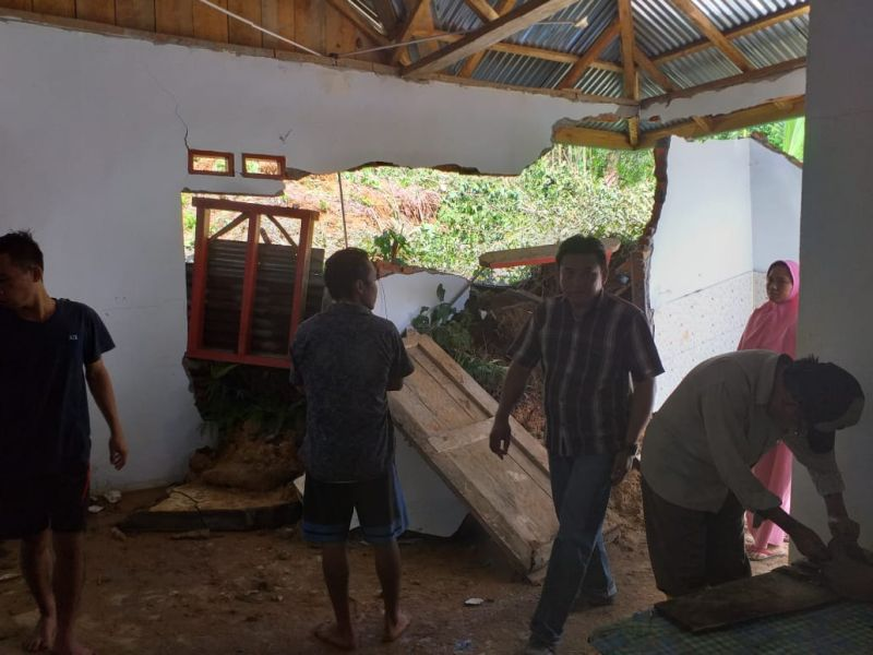 https: img.okezone.com content 2019 04 30 340 2049808 pemprov-bengkulu-tetapkan-status-tanggap-darurat-di-9-daerah-terdampak-banjir-0wVQpQ9PJV.jpg