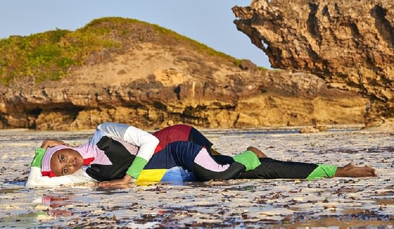 https: img.okezone.com content 2019 05 01 194 2050208 model-muslim-halima-aden-tampil-di-cover-majalah-bikini-sports-illustrated-HtVVXM1bJh.jpg