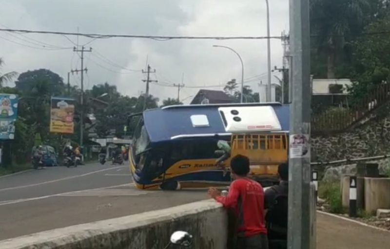 https: img.okezone.com content 2019 05 01 338 2050201 bus-pariwisata-terguling-di-jalur-puncak-9gzPS9h6pv.jpg