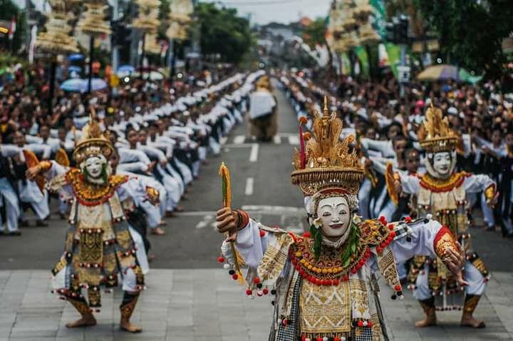 https: img.okezone.com content 2019 05 01 406 2050128 genjot-wisatawan-festival-semarapura-iv-hadirkan-2-019-penari-wanita-d8pIv1SzXS.jpg