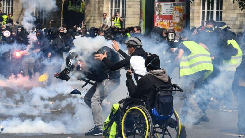 https: img.okezone.com content 2019 05 02 18 2050444 polisi-tembakan-gas-air-mata-ke-demonstran-may-day-di-paris-dlXB5jrO4g.jpg