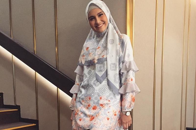https: img.okezone.com content 2019 05 03 33 2051092 feminin-modern-zee-zee-shahab-didapuk-jadi-duta-muslim-merek-fesyen-0q914x70eg.jpg