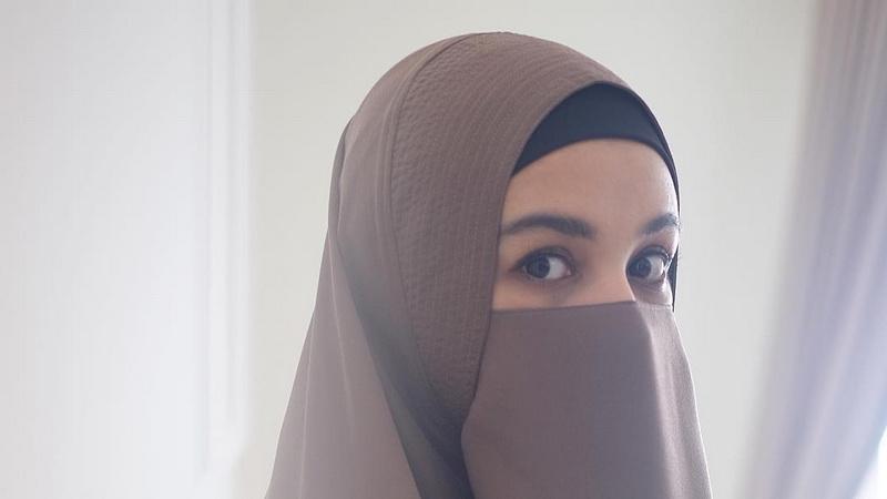 https: img.okezone.com content 2019 05 03 33 2051169 shireen-sungkar-berhijrah-karena-perlakuan-teuku-wisnu-yang-berubah-I6sXNUjbNV.jpg