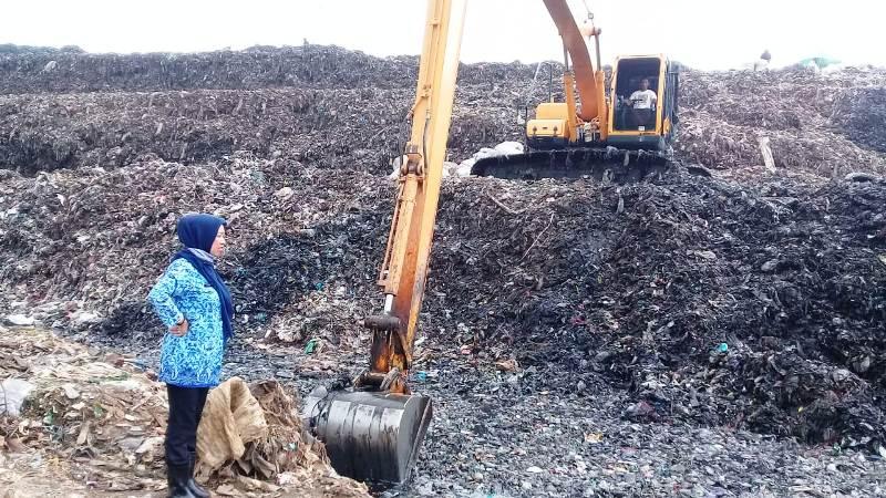 https: img.okezone.com content 2019 05 03 338 2050854 sampah-di-bekasi-tak-diangkut-3-bulan-pemkot-sebut-alat-berat-rusak-SKippgUUAR.jpg