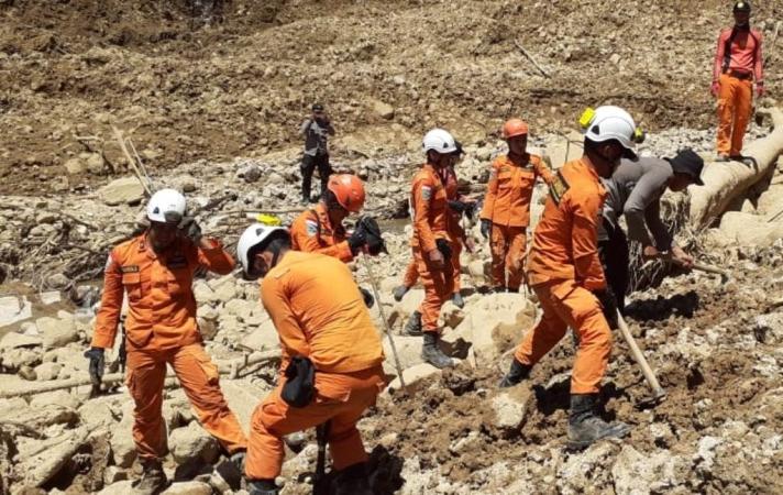 https: img.okezone.com content 2019 05 03 340 2050974 cerita-di-balik-pencarian-korban-longsor-dekat-gunung-bungkuk-bengkulu-sbObHrvuCt.jpg