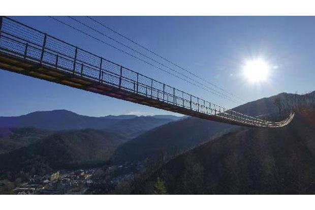 https: img.okezone.com content 2019 05 03 470 2050934 jembatan-gantung-terpanjang-di-as-melintasi-lembah-great-smoky-mountains-7X183CbsnB.jpg