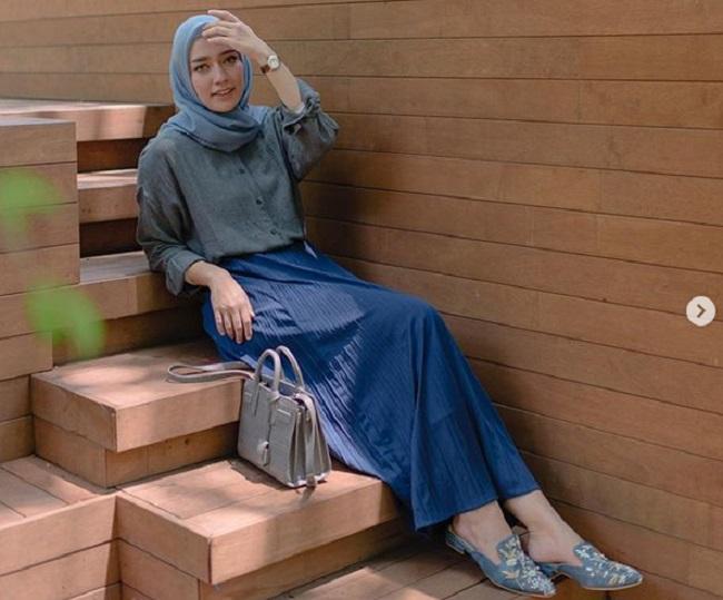 https: img.okezone.com content 2019 05 05 194 2051807 inpsirasi-gaya-hijab-simpel-ala-mega-iskanti-bisa-untuk-acara-bukber-nih-sb3fGcbhh1.jpg