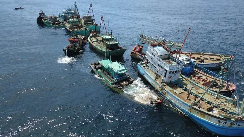https: img.okezone.com content 2019 05 05 337 2051680 13-kapal-ikan-ilegal-asal-vietnam-dimusnahkan-di-kalimantan-barat-SkcTphma0w.jpeg