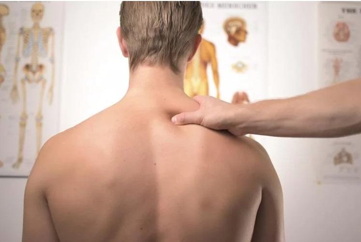 https: img.okezone.com content 2019 05 05 481 2051763 gara-gara-salah-stretching-leher-pria-28-tahun-ini-kena-stroke-berat-nVrnpJMunV.jpg