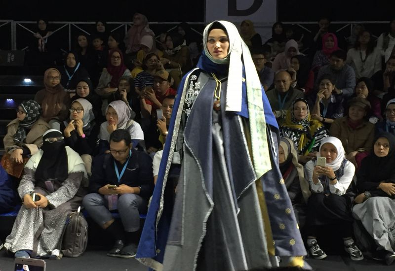 https: img.okezone.com content 2019 05 05 617 2051620 muslim-fashion-festival-tampilkan-koleksi-padupadan-jeans-dan-hijab-X5CE4b2eUC.jpg