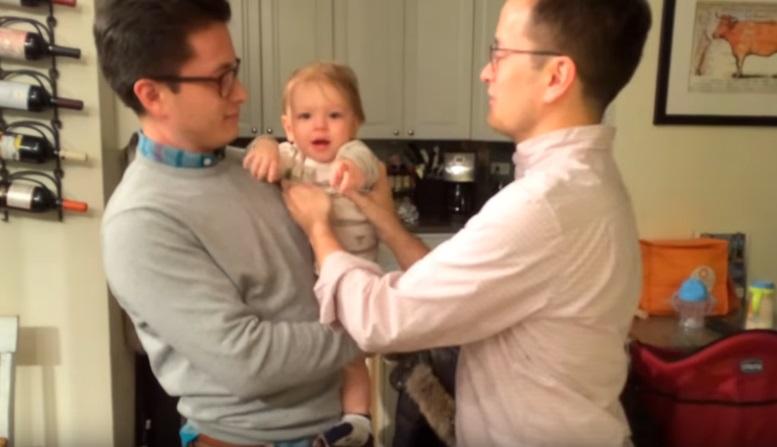 https: img.okezone.com content 2019 05 06 196 2052283 bikin-gemas-bayi-ini-bingung-tentukan-ayahnya-yang-kembar-IGJiJ1iiTK.jpg