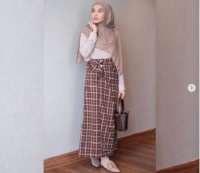 https: img.okezone.com content 2019 05 07 194 2052409 gaya-hijab-chic-ala-zaskia-sungkar-untuk-hangout-dan-buka-puasa-gG6AYjGDsX.jpg
