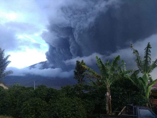 https: img.okezone.com content 2019 05 07 608 2052434 gunung-sinabung-kembali-erupsi-tinggi-kolom-abu-hingga-2-000-meter-unUgE9wpjC.jpg