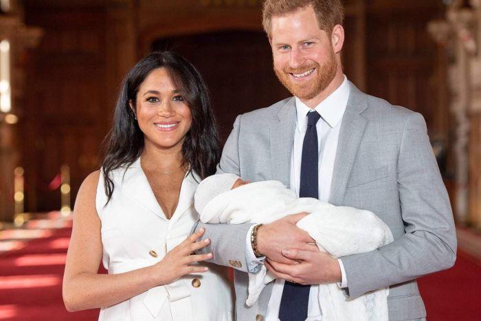 https: img.okezone.com content 2019 05 08 196 2053249 penampilan-perdana-pangeran-harry-dan-meghan-markle-bersama-putranya-Sod0kQjo1m.jpg