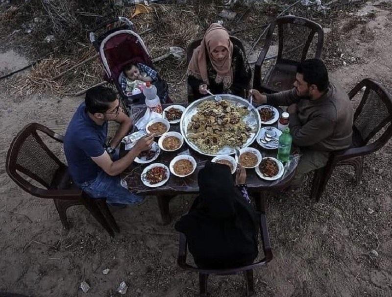 https: img.okezone.com content 2019 05 08 614 2052908 potret-ramadan-penduduk-gaza-satu-keluarga-buka-puasa-di-depan-reruntuhan-rumah-oSdXMy5dyx.jpg