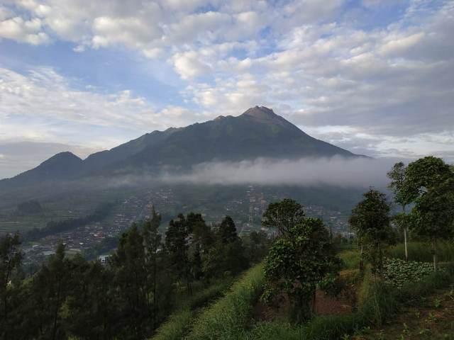 https: img.okezone.com content 2019 05 09 510 2053399 gunung-merapi-kembali-muntahkan-guguran-lava-pijar-sejauh-650-meter-1yvbADtvqA.jpg