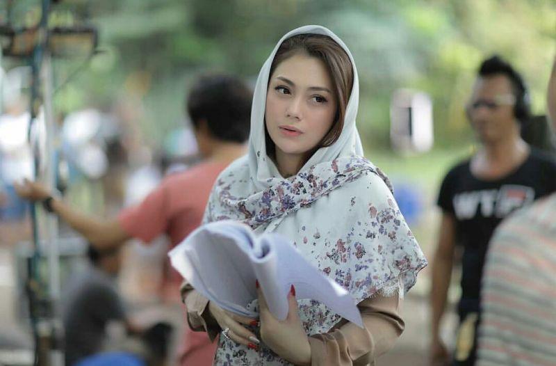 https: img.okezone.com content 2019 05 10 194 2054005 cantiknya-celine-evangelista-berbalut-hijab-syar-i-dapat-hidayah-6fDMitVy5U.jpg