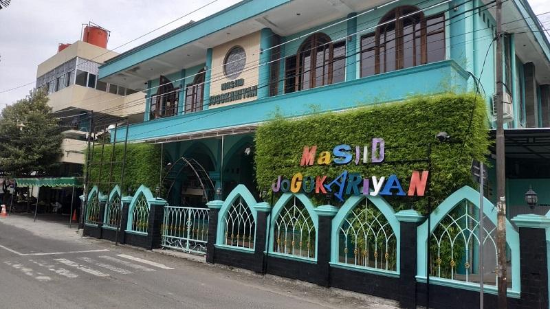 https: img.okezone.com content 2019 05 10 615 2053846 masjid-ini-siap-ganti-rugi-untuk-alas-kaki-hingga-kendaraan-jamaah-yang-hilang-Otgd7yRK7a.jpeg