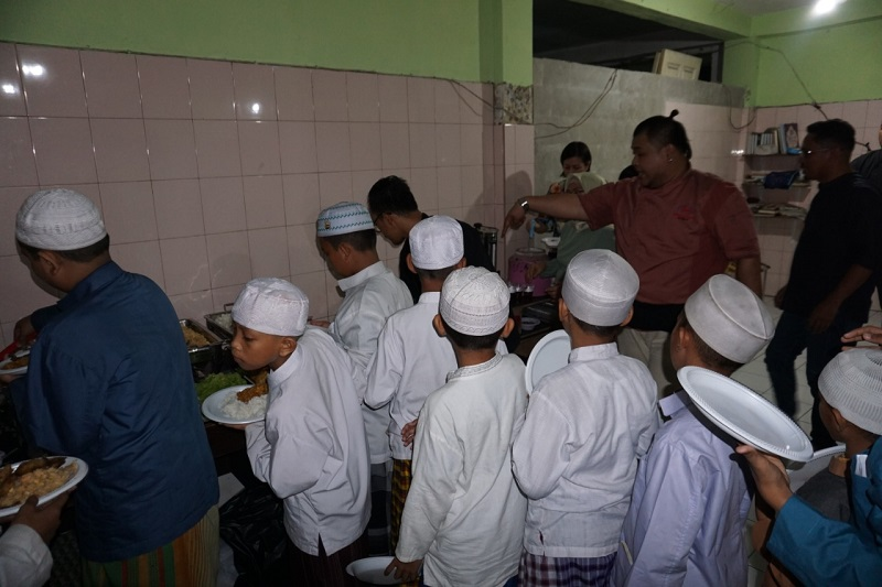 https: img.okezone.com content 2019 05 11 298 2054542 serunya-live-cooking-bersama-anak-anak-yatim-di-bulan-ramadan-RDRltjyvVo.jpg