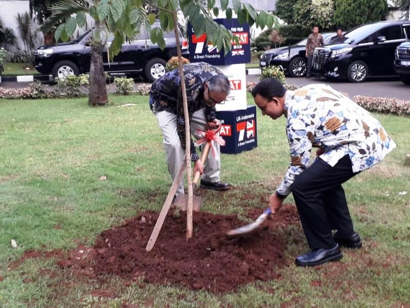https: img.okezone.com content 2019 05 12 338 2054771 gubernur-anies-dan-moazzam-malik-tanam-pohon-tandai-kerjasama-bilateral-indonesia-inggris-STYMPLJthX.jpg