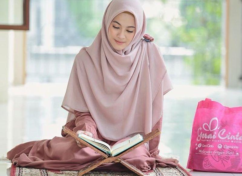 https: img.okezone.com content 2019 05 13 194 2055239 hijab-style-ala-alyssa-soebandono-cocok-untuk-hangout-setelah-tarawih-agrvCukt1D.jpg