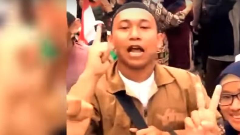 https: img.okezone.com content 2019 05 13 338 2055131 polisi-buru-perempuan-perekam-video-penggal-kepala-jokowi-QGafC3GhqY.jpg
