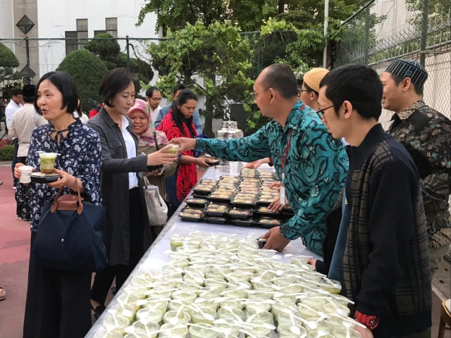 https: img.okezone.com content 2019 05 14 18 2055614 masyarakat-internasional-nikmati-kuliner-khas-indonesia-saat-bukber-di-seoul-FD5hhItrSk.jpg