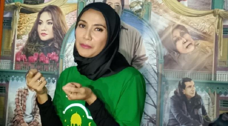 https: img.okezone.com content 2019 05 14 33 2055721 gunakan-hijab-maudy-koesnaedi-konsisten-tutup-aurat-2EXJ2z8rtq.jpg