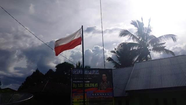 https: img.okezone.com content 2019 05 14 340 2055599 bendera-merah-putih-dipasang-terbalik-di-kantor-desa-peradun-temeras-Ow51Wb5U0e.jpg