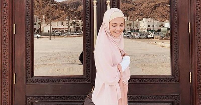https: img.okezone.com content 2019 05 15 33 2055855 tampil-berhijab-amanda-rawles-bikin-netizen-ingin-meminang-ezHHtGNSLl.jpg