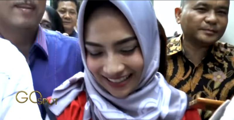 https: img.okezone.com content 2019 05 15 33 2056207 jalani-sidang-vanessa-angel-kenakan-hijab-ungu-pemberian-sang-mantan-pacar-1WS7rYxs6Z.jpg