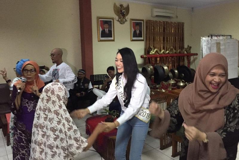 https: img.okezone.com content 2019 05 16 612 2056713 miss-indonesia-2019-princess-megonondo-buka-puasa-bersama-lansia-di-panti-sosial-GX0hySqcrz.jpeg
