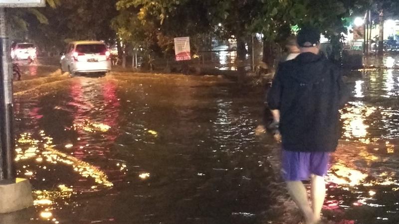 https: img.okezone.com content 2019 05 17 338 2056733 perumahan-di-bekasi-banjir-usai-diguyur-hujan-sejak-sore-tadi-8evhcOYPss.jpg