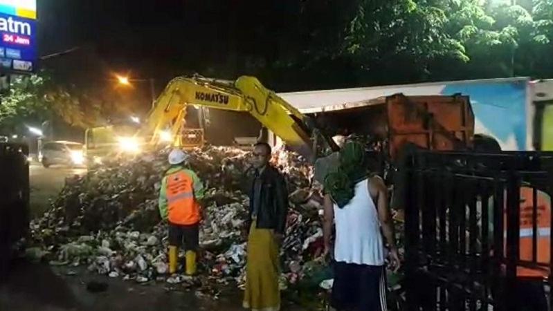 https: img.okezone.com content 2019 05 17 338 2056803 truk-sampah-pemprov-dki-terguling-di-bantargebang-muatannya-berserakan-ke-jalanan-SP3lwm4XsP.jpg