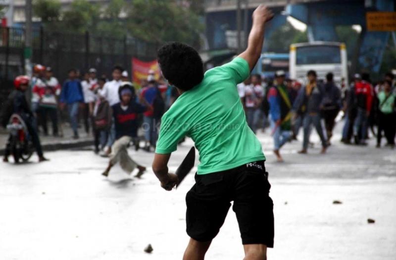 https: img.okezone.com content 2019 05 17 340 2056743 gara-gara-geber-motor-ratusan-pemuda-bentrok-di-pekanbaru-2-orang-dilarikan-ke-rs-6zsEQWxyzo.jpg