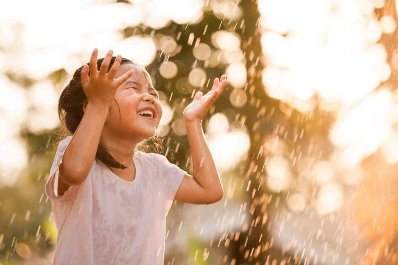 https: img.okezone.com content 2019 05 17 481 2056849 tak-perlu-takut-jika-anak-anak-main-hujan-ini-4-tips-biar-mereka-tetap-sehat-6pkrKxiaVG.jpg
