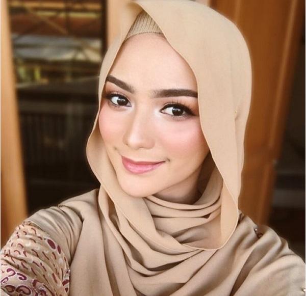 https: img.okezone.com content 2019 05 18 194 2057349 gaya-citra-kirana-berbusana-muslim-cocok-untuk-ngabuburit-LUCXxYtynz.jpg